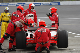 Ryan Briscoe pits for repairs at Motegi