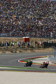 Andrea Dovizioso chases Ben Spies at Aragon