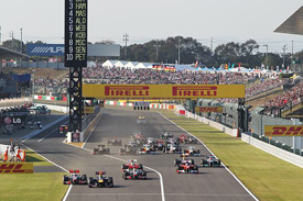 Japanese Grand Prix start, Sebastian Vettel squeezes Jenson Button