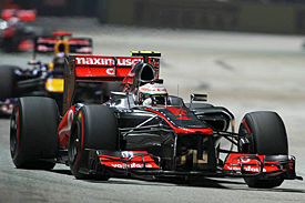 Lewis Hamilton leads Sebastian Vettel, Singapore GP, 2012