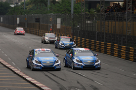 Yvan Muller races Rob Huff in Macau, WTCC 2012