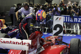 Mark Webber has a lift on Fernando Alonso's Ferrari, Singapore GP 2013