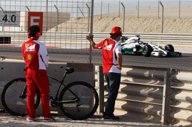 Fernando Alonso watches Nico Rosberg's Mercedes, Bahrain F1 testing, March 2014