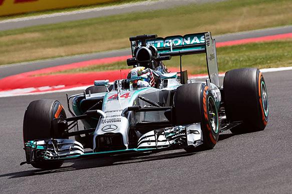 Льюис Хэмилтон стал быстрейшим по итогам пятничных тренировок Гран При Великобритании