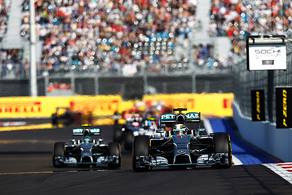 Пилотам Mercedes сказали не менять подход к борьбе на трассе
