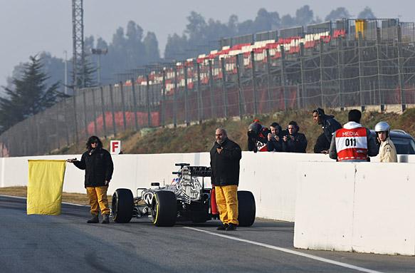 Daniel Ricciardo stops, F1 testing Barcelona 2015