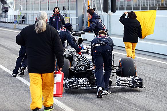 Daniil Kvyat, Red Bull, breaks down, Barcelona F1 testing, February 2015
