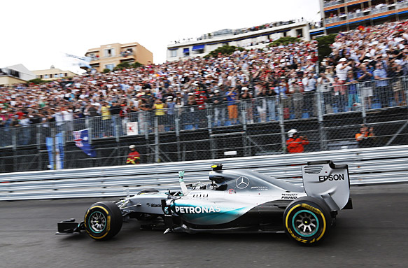 Mercedes error costs Hamilton victory
