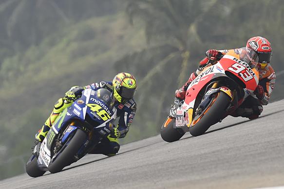 Marc Marquez, Honda, races Valentino Rossi, Yamaha, Sepang MotoGP 2015
