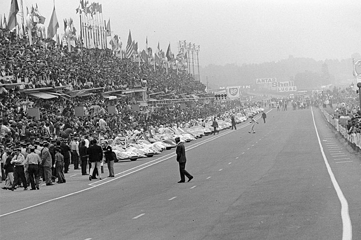 The traditional Le Mans start, with drivers running to their cars, takes place for the final time